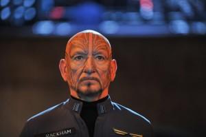 BEN KINGSLEY como Mazer Rackham en la película de El Juego de Ender