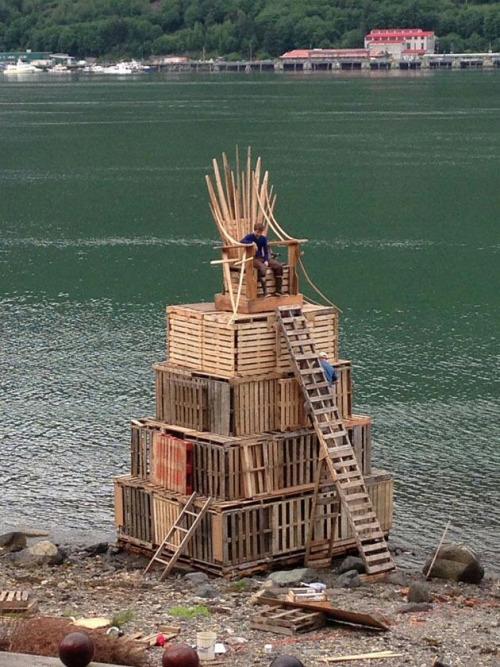 el trono de hierro hecho con palets