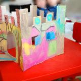 Castillo de cartón. Manualidad de reciclaje para niños