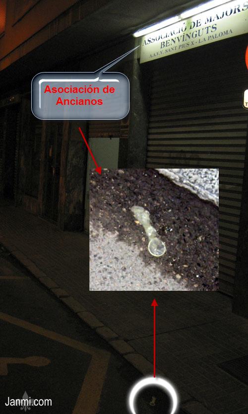 Preservativo usado en la puerta de una asociación de ancianos