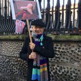 Ian McKellen protestando contra Trump con un meme